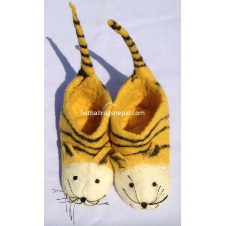 https://feltballrugsnepal.com/214-thickbox_default/felt-tail-tiger-children-shoes.jpg