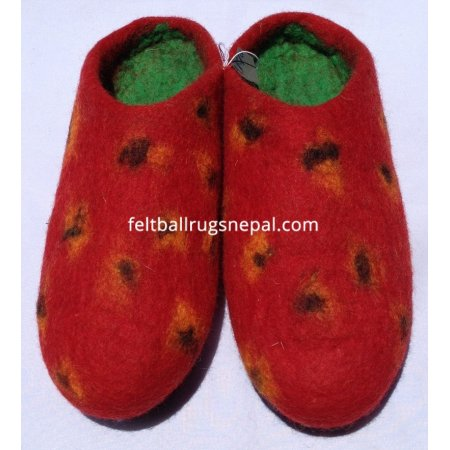 https://feltballrugsnepal.com/230-thickbox_default/felt-strawberry-design-slipper.jpg