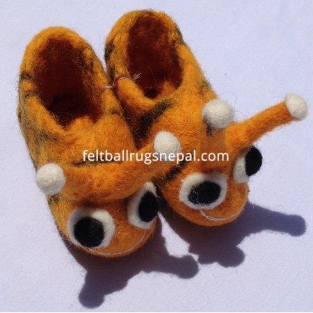 https://feltballrugsnepal.com/274-thickbox_default/honey-bee-design-baby-shoes.jpg